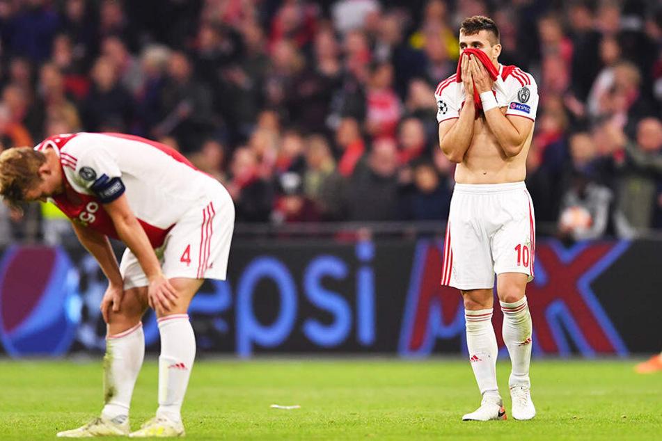 Die niedergeschlagenen Ajax-Spieler Matthijs de Ligt (l.) und Dusan Tadic konnten nicht fassen, was kurz zuvor geschehen war.