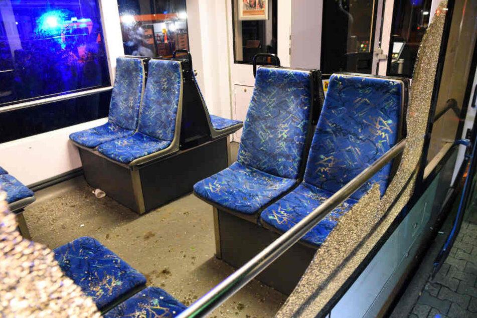 Blick auf die Sitze durch ein zerborstenes Fenster der Stadtbahn.