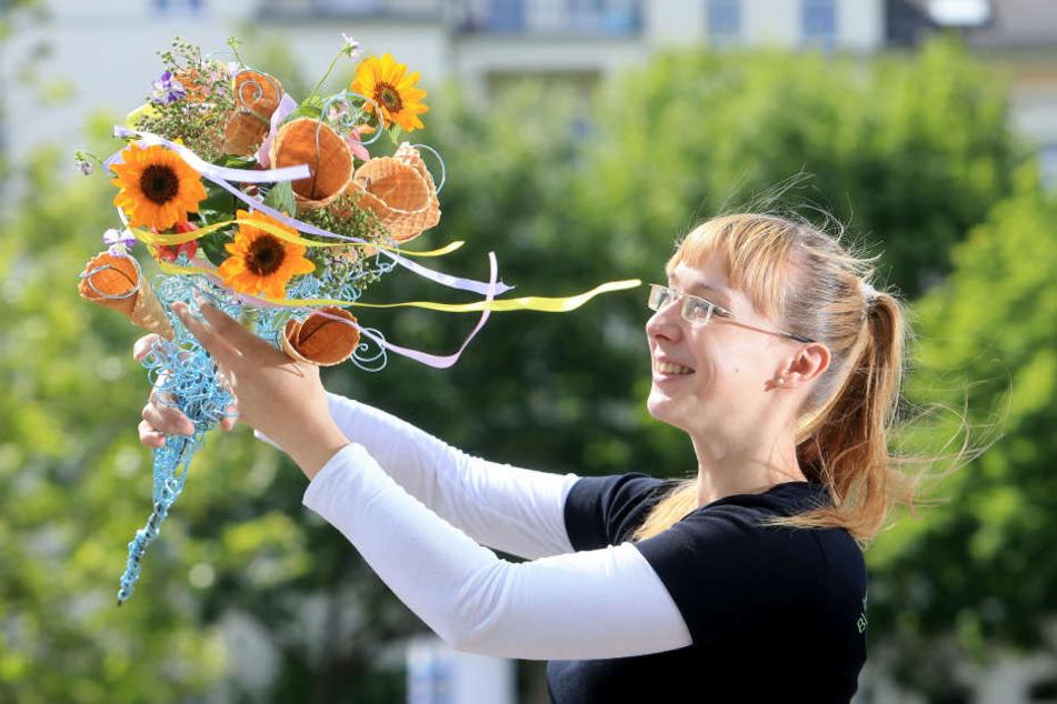 Doreen Richter vom Gartenfachmarkt Richter hält einen Blumen-Eiswaffel-Strauß in ihren Händen.