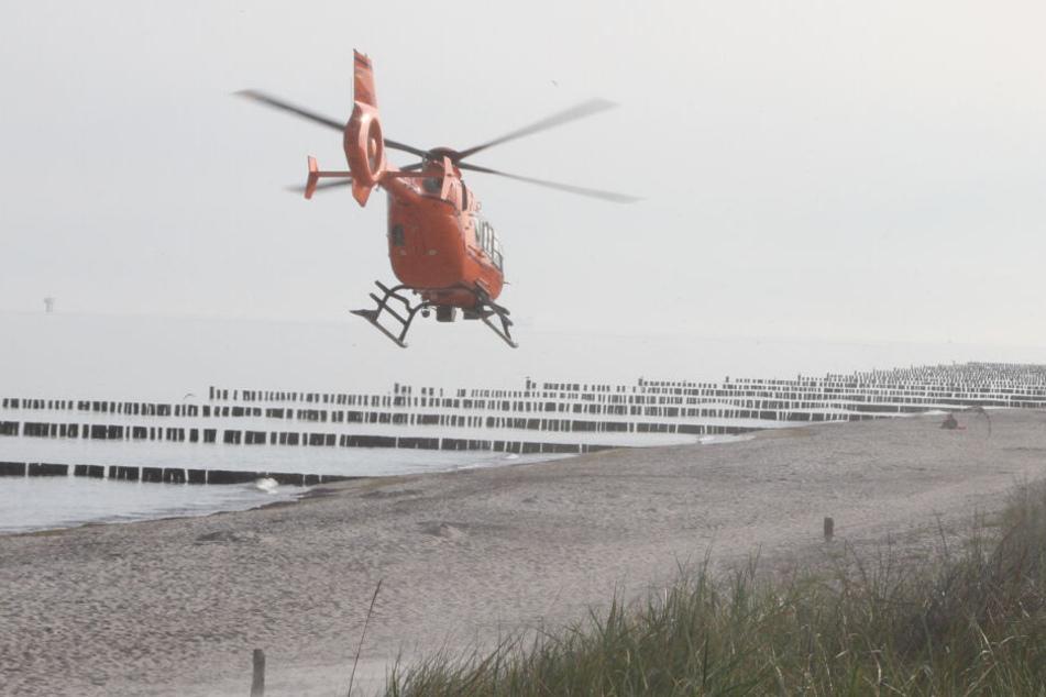 Ein Rettungshubschrauber brachte die Frau in ein Krankenhaus.