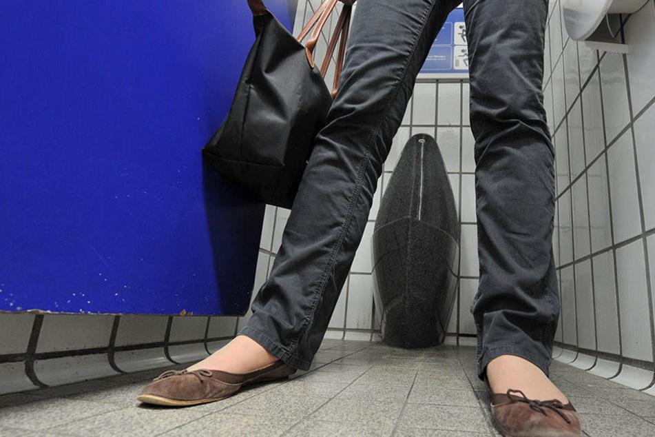 Im Sitzen oder Stehen urinieren? Vielleicht haben Berliner Frauen demnächst die Wahl.