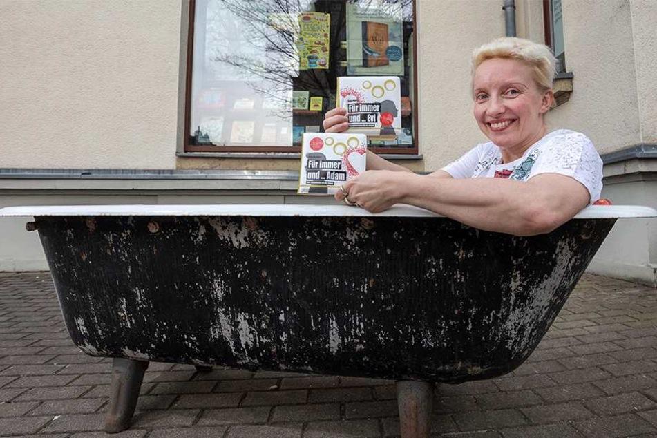 Autorin Katja Martens (45) beim Trocken-Schmökern in der Sitzwanne vor der Lessingbuchhandlung.
