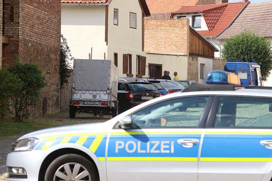 Die Polizei untersucht den Tatort in Weddersleben.
