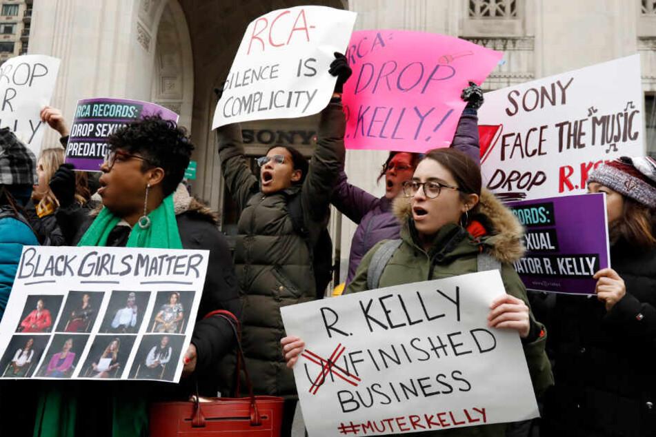 Mitte Januar 2019: Demonstranten fordern vor dem Sitz des Konzerns Sony Music in New York. Sie wollten erreichen, dass R. Kellys Label RCA die Zusammenarbeit mit ihm beendet.