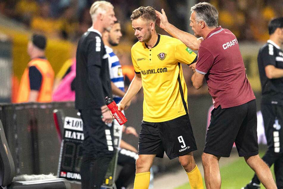 Mit einem Klaps auf den Hinterkopf bedankte sich Uwe Neuhaus (r.) bei seinem Siegtorschützen Lucas Röser, als er ihn in der 73. Minute vom Platz nahm.