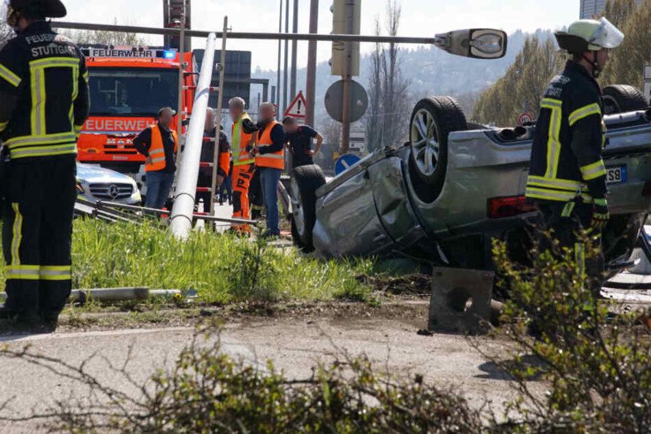 Auto nietet nach Unfall Mast um und landet auf Dach