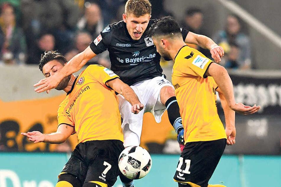 Niklas Kreuzer (l.) spielt den Ball vor Münchens Lumor. Kreuzer schlug bei der 1:2-Pleite zusammen mit Philip Heise die meisten Flanken,Erfolg brachten die leider nicht.