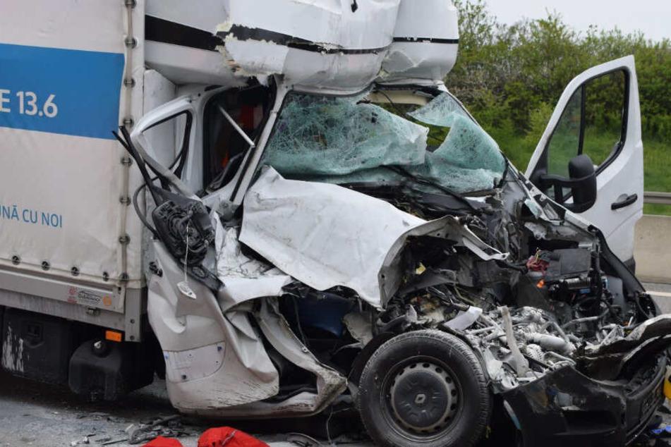 Stauende nicht gesehen: Transporter rast ungebremst in LKW