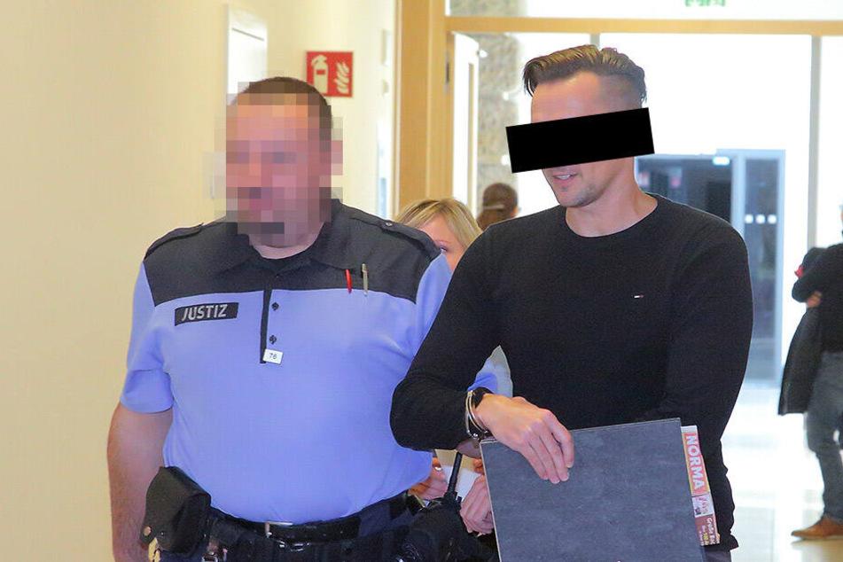Bankkaufmann Thomas M. (40) wird zum Gerichtssaal gebracht. Der mutmaßliche Betrüger sitzt gerade eine Strafe in anderer Sache ab.