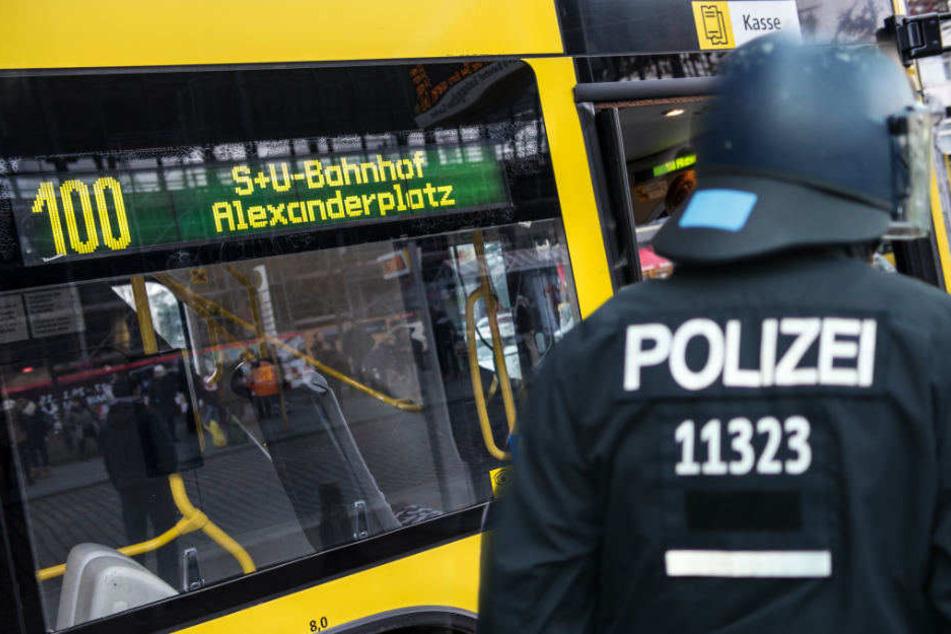 Der Busfahrer soll versucht haben einen Polizisten zu treten.