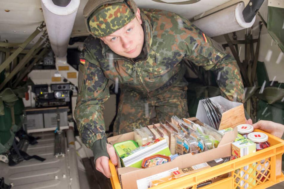 Winter in Bayern: Helfer der Bundeswehr versorgen eingeschlossene Menschen mit Lebensmitteln.
