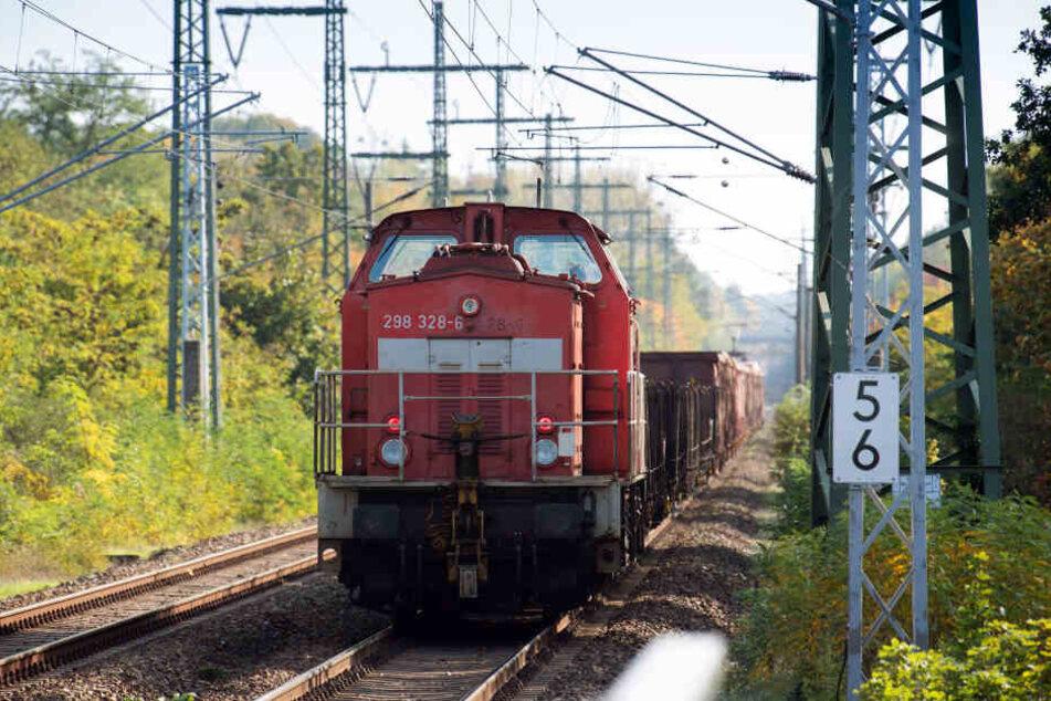 Beim Zusammenstoß mit einem Güterzug ist ein Mann ums Leben gekommen. (Symbolbild)