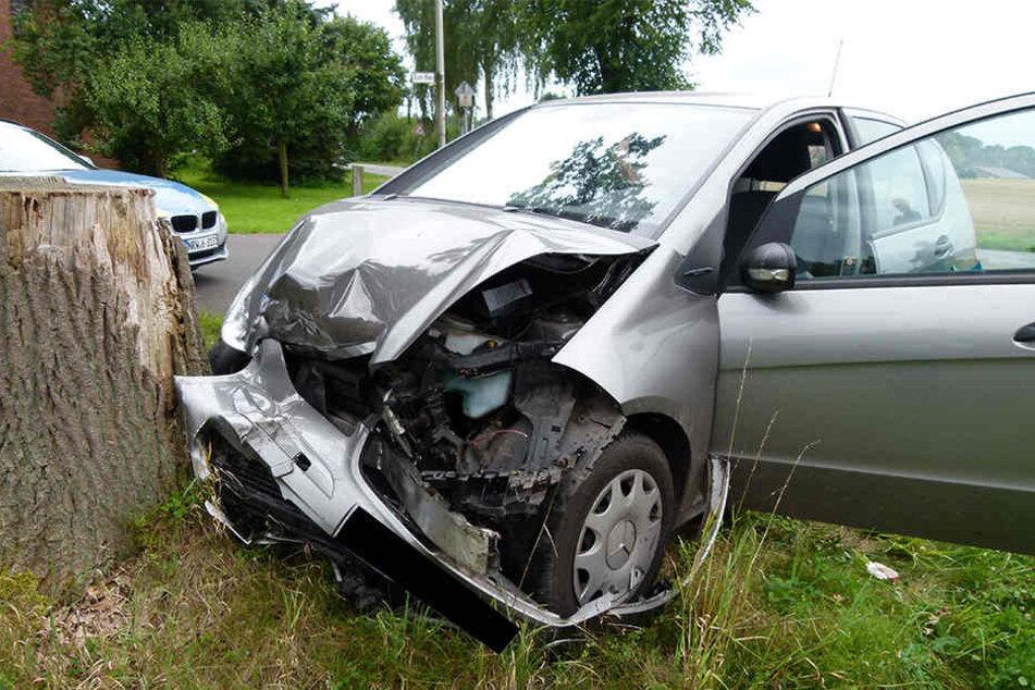 Der Mercedes krachte nach dem Unfall noch gegen einen Baumstamm.