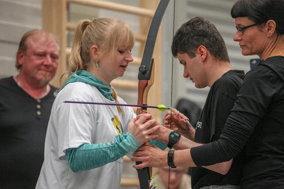 Sport mit Handicap: 120 Behinderte trafen sich zu den Chemlympics - hier das Bogenschießen.