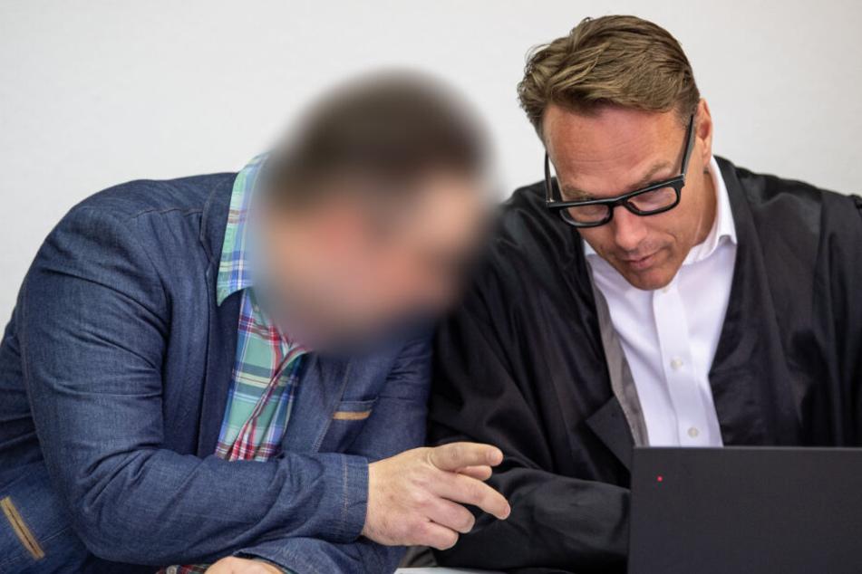 Ein Angeklagter (links) am Mittwoch vor Gericht in Ludwigsburg.