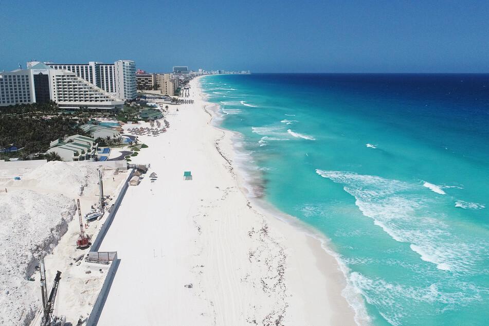 Das Luftbild zeigt einen leeren Strand in Cancun (Mexiko).