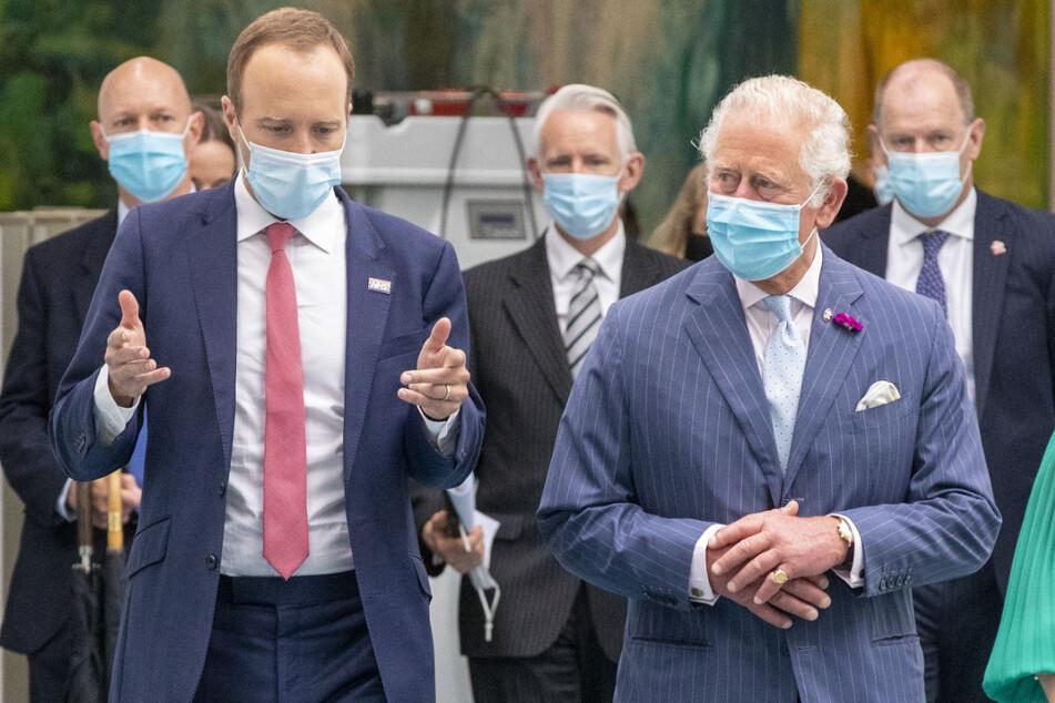 Großbritanniens Gesundheitsminister Matt Hancock (vorne l.) unterhält sich mit Prinz Charles (72, vorne r.) während eines gemeinsamen Besuchs im Chelsea and Westminster Hospital im Westen Londons.
