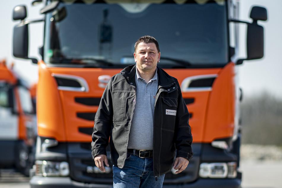 Ronny Knoblauch steht auf dem Gelände der Spedition Universaltransport in Paderborn vor seinem LKW.