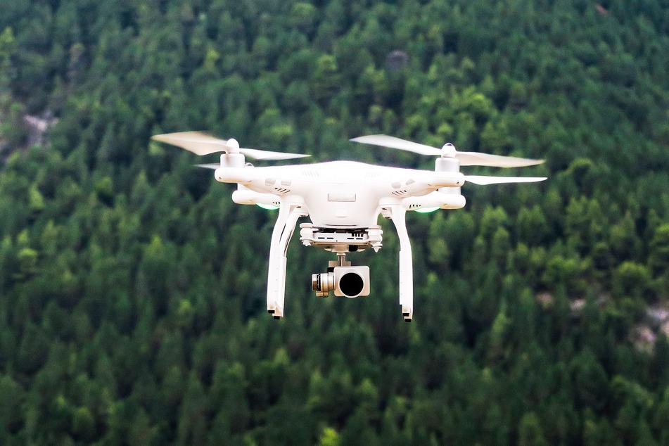 An Drohnen, wie dieser, befindet sich oftmals eine kleine Kamera, die dennoch gestochen scharfe Fotos und Videos liefern kann. (Symbolbild)