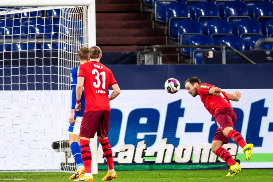 Rafael Czichos (r.) warf sich in abgerutschten Schuss von Dominick Drexler (nicht im Foto) und köpfte zum 1:0 für Köln ein.