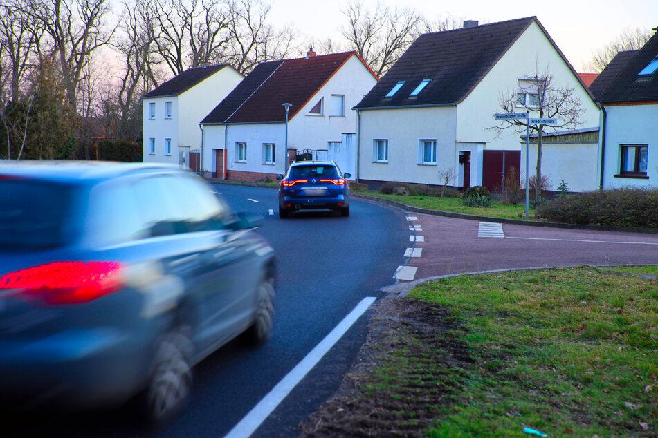 Das Raser-Haus der 25 Unfälle (2.v.r.) steht kurz hinter dem Ortseingang Jüdenberg in Sachsen-Anhalt.