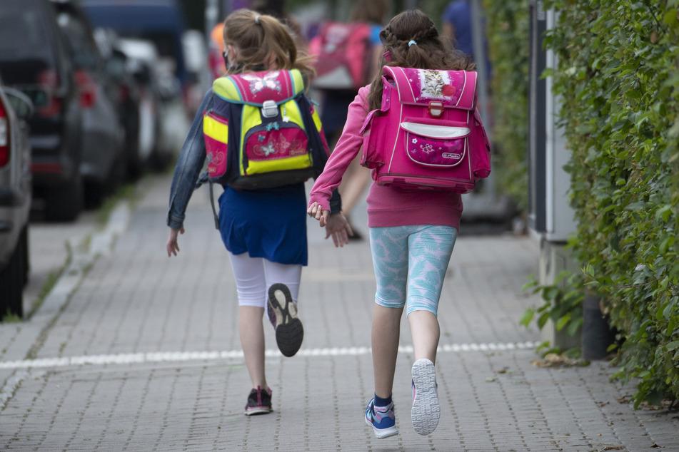 Mit Schultüte und Maske: Erster Schultag für I-Dötzchen in NRW