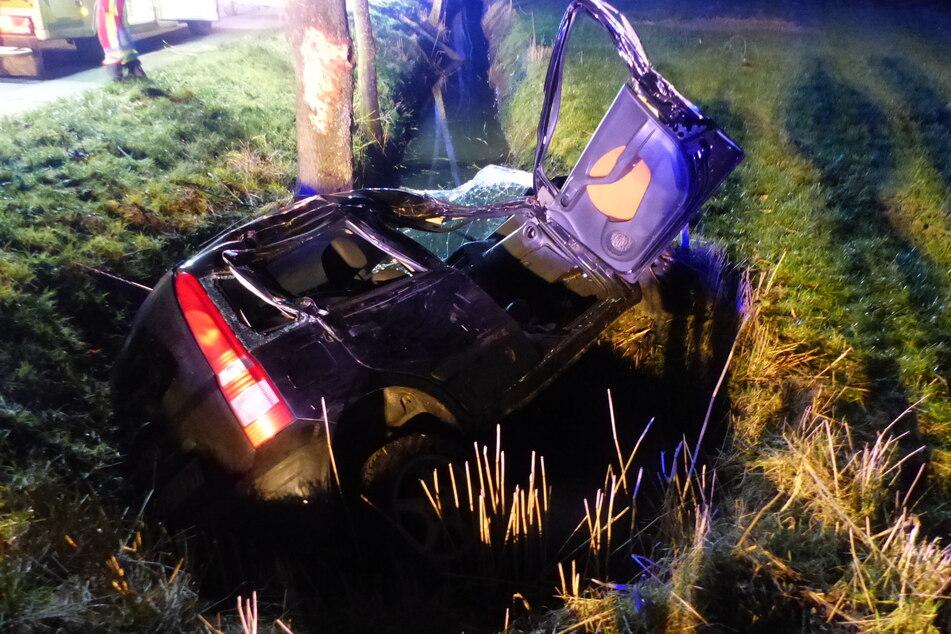 Glück im Unglück: 21-Jährige verliert Kontrolle über Fahrzeug und landet im Graben