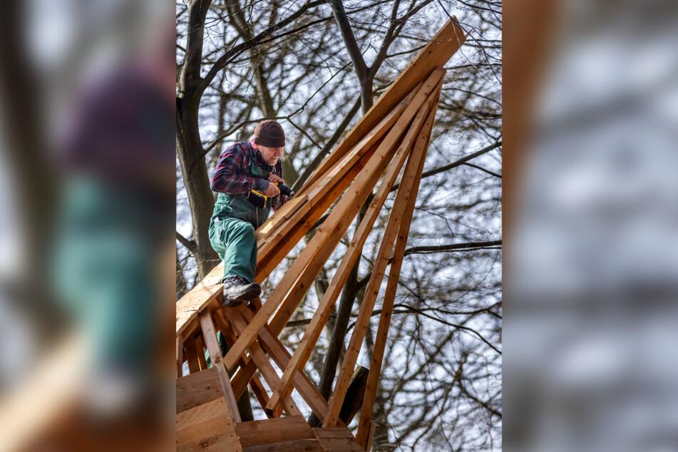 Mitarbeiter Steffen Müller (51) bringt eines der Baumhäuser für die Hauptsaison auf Vordermann.