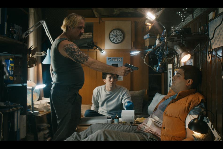 """Bjarne Mädel (53, l.) kehrt in einem Prequel als Dorf-Gangster Buba in den """"How To Sell Drugs Online (Fast)""""-Kosmos zurück."""