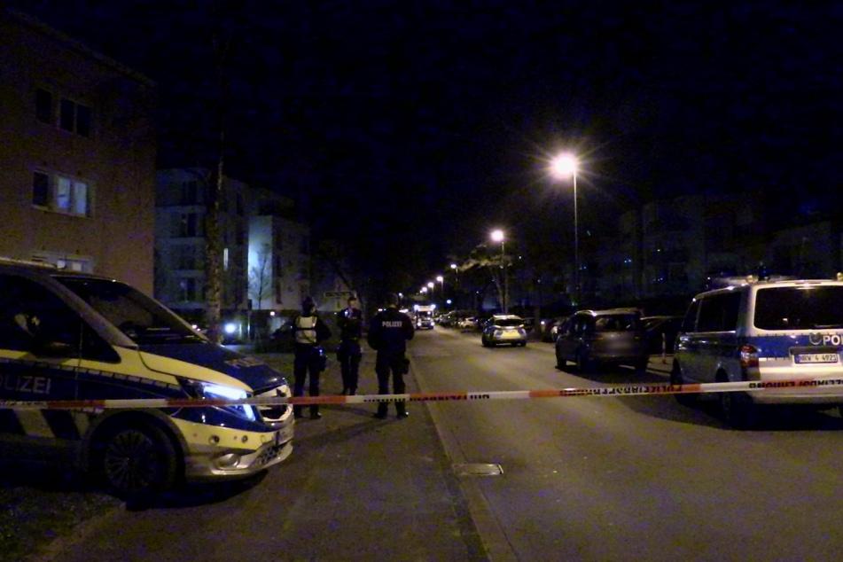 Die Polizei sperrte den Bereich weiträumig ab und durchsuchte dann die Wohnung.