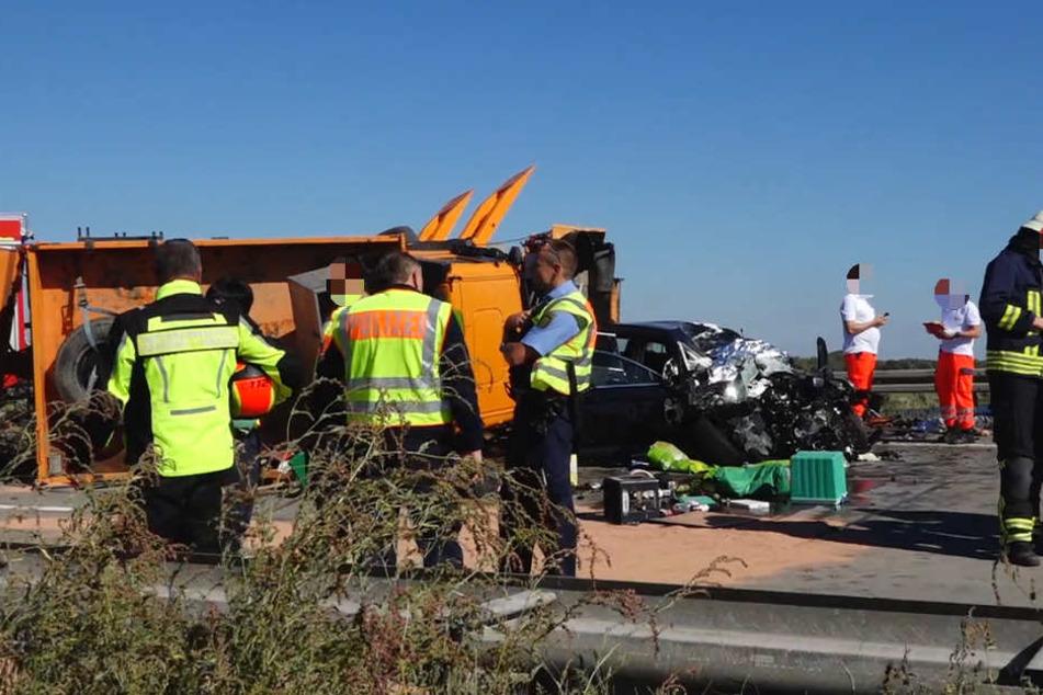 Der Laster hatte den Pkw unter sich begraben, alle vier Insassen starben.