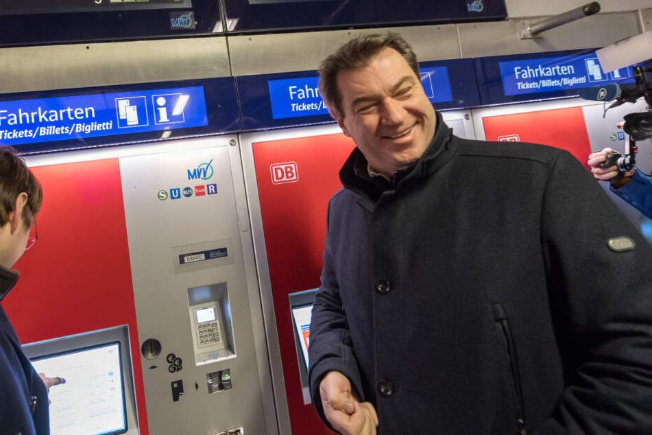 Markus Söder (CSU), Ministerpräsident von Bayern, löst an einem Fahrkartenautomaten ein Ticket. (Archivbild)
