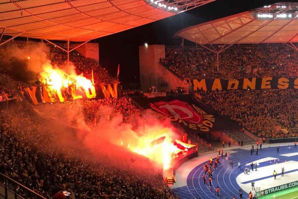 Pyro-Alarm im Berliner Olympiastadion! Dynamo-Anhänger zünden Bengalos und Böller beim DFB-Pokalspiel gegen Hertha BSC.