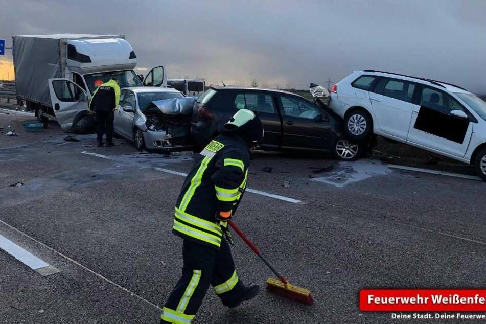 Einer der Unfälle auf der A9 bei Weißenfels. Bei diesem waren vier Fahrzeuge beteiligt.
