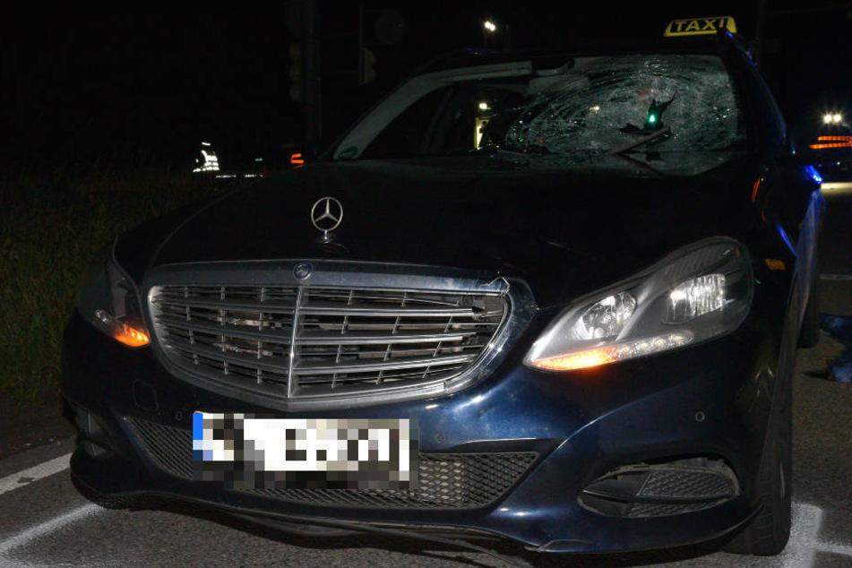 Der Taxifahrer hatte den Fußgänger zu spät erkannt und erfasste ihn frontal.