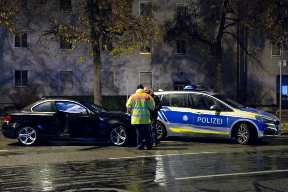 Polizisten stehen an der Unfallstelle in München. Hier wurde ein 14-Jähriger totgerast.