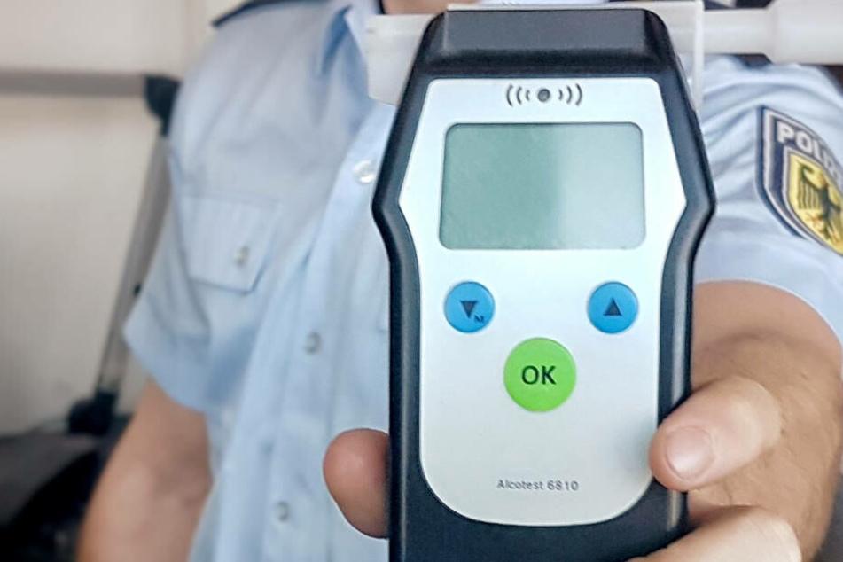 Da waren auch die Polizisten überrascht: Der Atem-Alkoholtest ergab über drei Promille (Symbolbild).