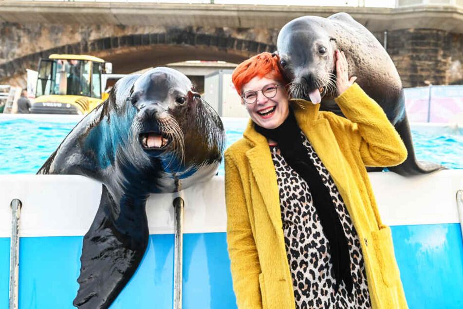 Morgenpost-Reporterin Katrin Koch freut sich über die feucht-fröhliche Begrüßung der Seelöwen Charly und Robby.