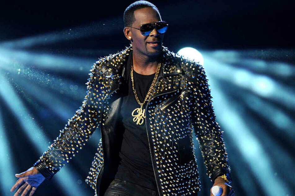 Kelly 2013 bei den BET Awards in Los Angeles. Nicht selten sagen jedoch Veranstalter Konzerte des Sängers aufgrund der Vorwürfe ab.