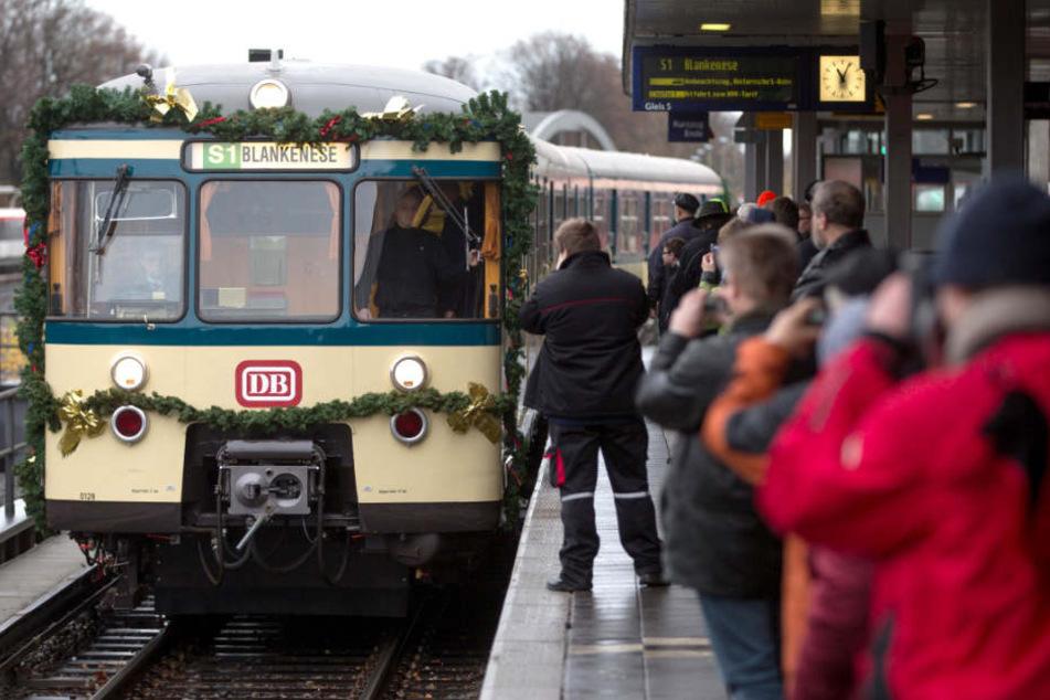 Im Advent fährt wieder der geschmückte historische Weihnachtszug der S-Bahn durch Hamburg.
