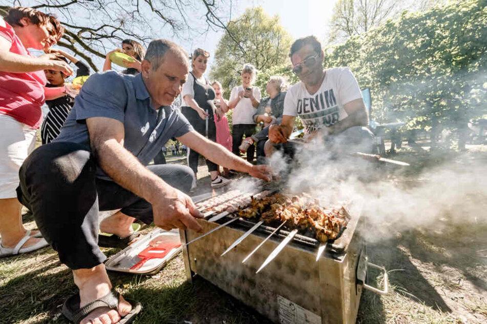 Bei mildem Wetter und wolkenlosem Himmel haben im Hamburger Stadtpark an Ostern schon einige Grillmeister die Saison eröffnet.