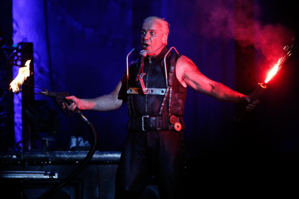 Sowohl auf der Bühne, als auch in den Texten spielt Till Lindemann mit dem Feuer.