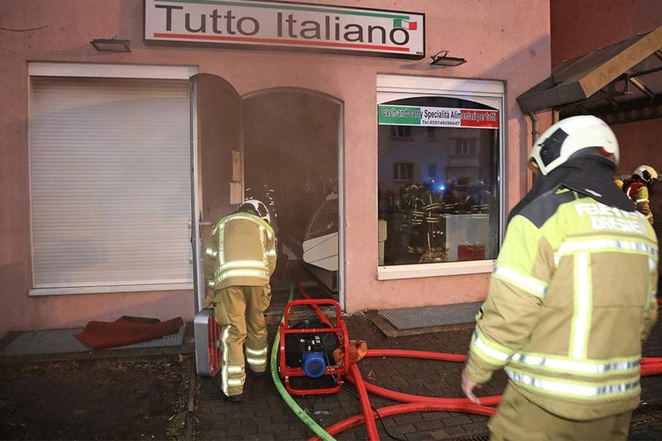 """Mit voller Montur rückte die Feuerwehr ins """"Tutto Italiano"""" ein."""