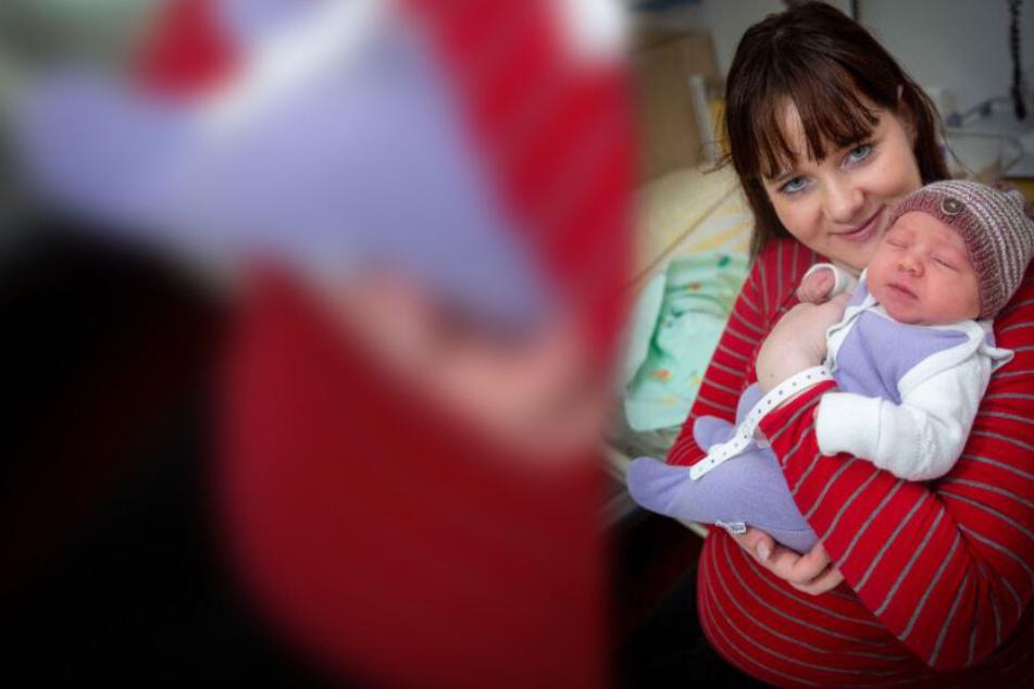 Maria Hoffmann ist stolze Mutter der kleinen Charleen Maribell (hier schlafend).