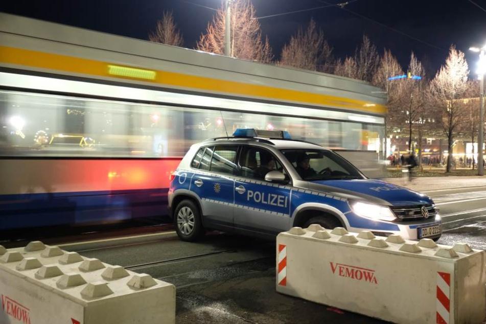 Bereits während des Weihnachtsmarkts wurde der Augustusplatz durch Beton- und mobile Polizeisperren gesichert. Silvester fahren dann auch keine Trams.