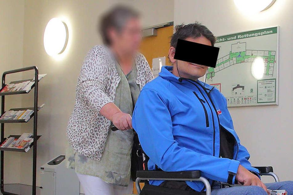 AfD-Stadtrat Thomas Prinz (47) und seine Mitbewohnerin Bärbel V. (62) auf dem Weg in den Gerichtssaal im Amtsgericht Dippoldiswalde.