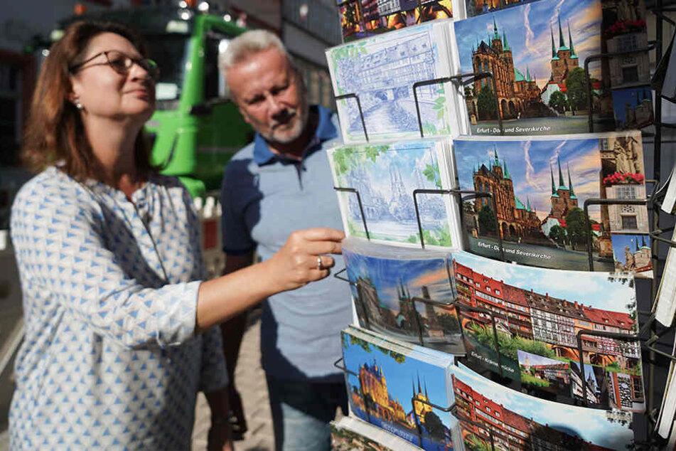 Touristen in Erfurt greifen nach wie vor gern zur Postkarte.