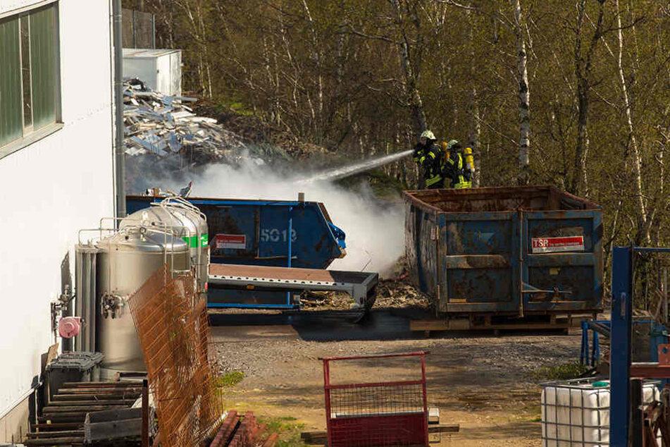 Die Feuerwehr konnte das Lagerfeuer inzwischen unter Kontrolle bringen.