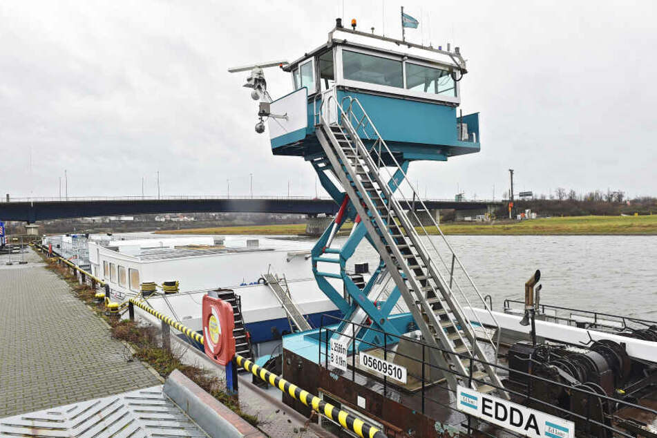 """Schubschiff """"Edda"""" hat es in sich: Ihre auf elf Meter ausfahrbare Kabine macht es möglich, den 86 Meter langen Torso durch die Elbe zu schieben."""