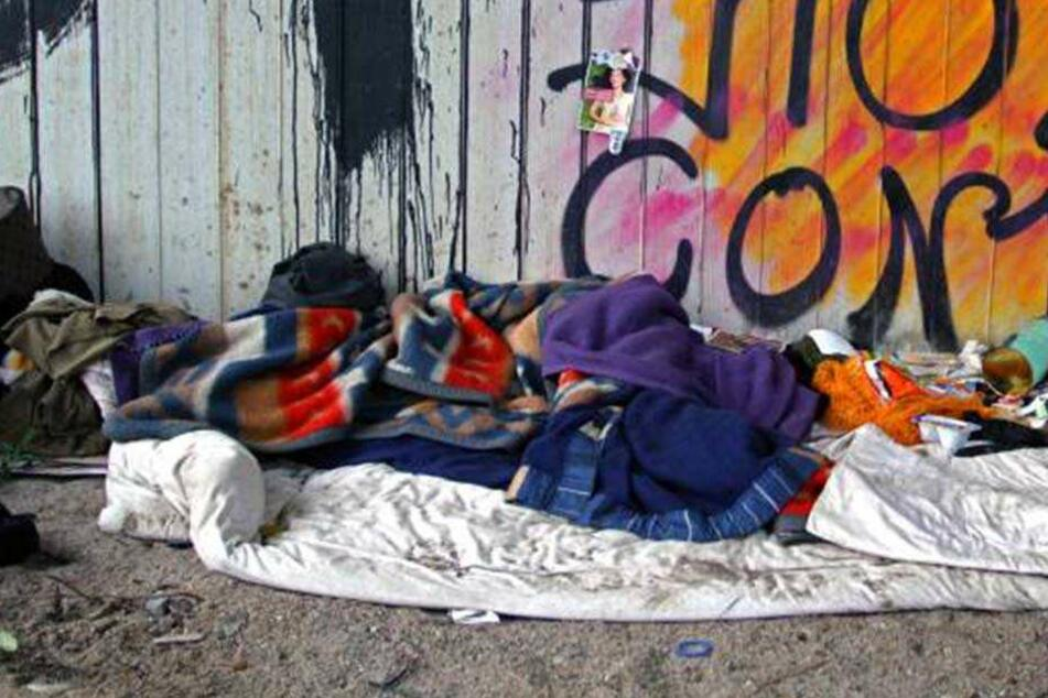 Grausamer Tod! Drei Kinder zünden Obdachlosen an